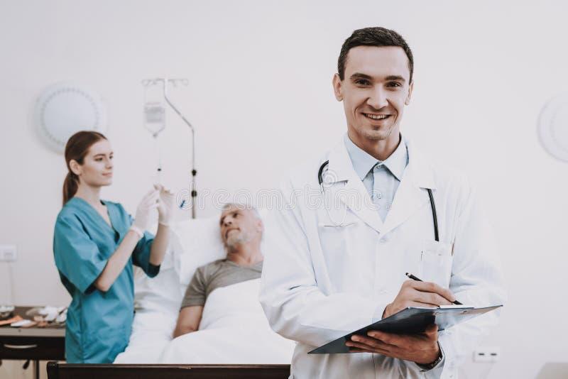 有医生的帮助患者 有老患者的医生 免版税库存图片