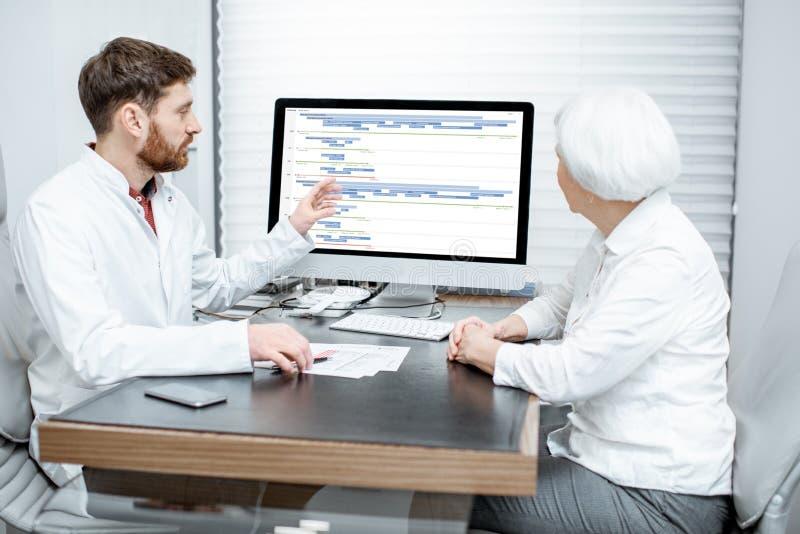 有医生的资深妇女在办公室 库存照片