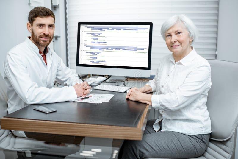 有医生的资深妇女在办公室 免版税库存照片