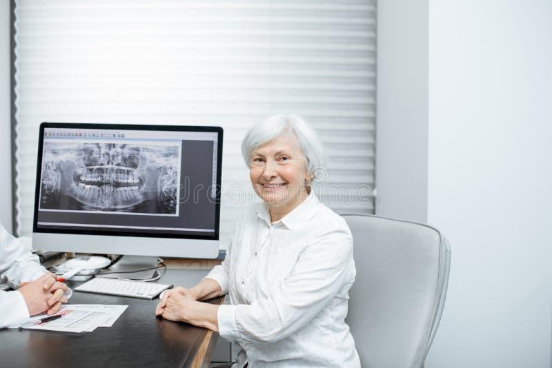 有医生的资深妇女在办公室 库存图片