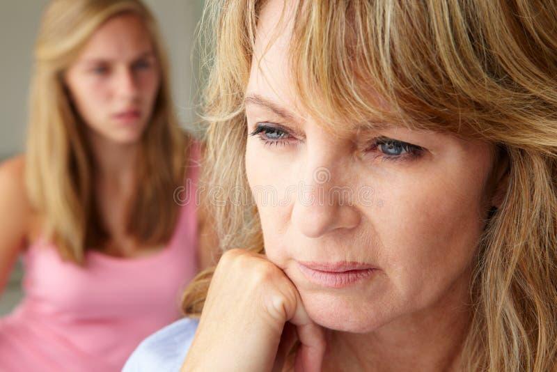 有十几岁的女孩的不快乐的母亲 库存照片