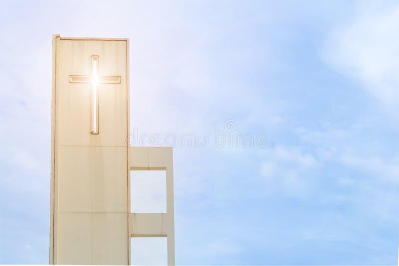 有十字架的教会屋顶 有圣洁十字架的教堂屋顶 免版税库存照片