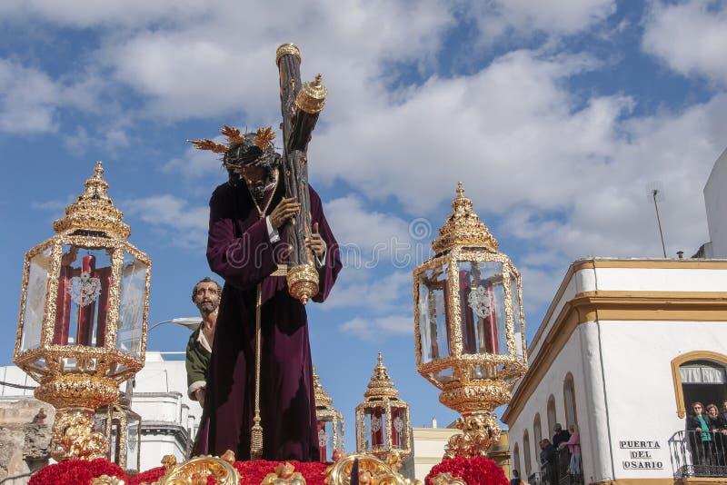 有十字架的耶稣,圣周在塞维利亚,圣罗克团体  免版税库存照片