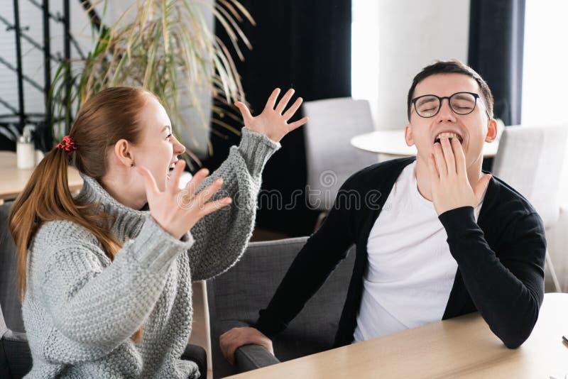 有午餐咖啡休息在工作以后,讲话和笑关于滑稽的片刻的最好的朋友 妇女情感地讲话 免版税库存照片