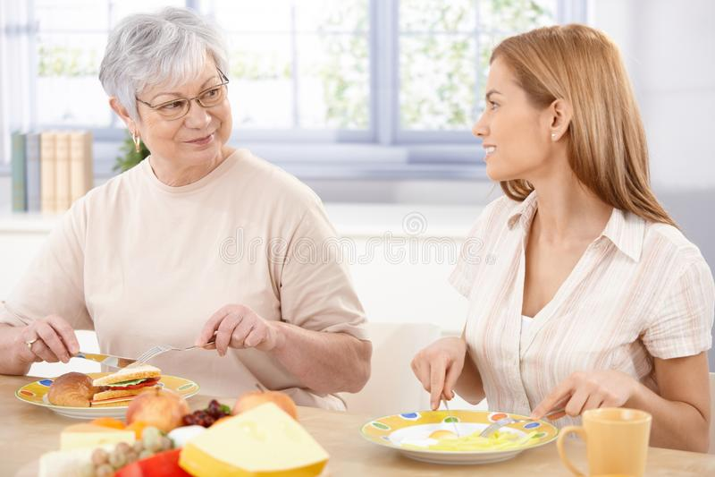 有午餐母亲微笑的妇女年轻人 免版税库存图片