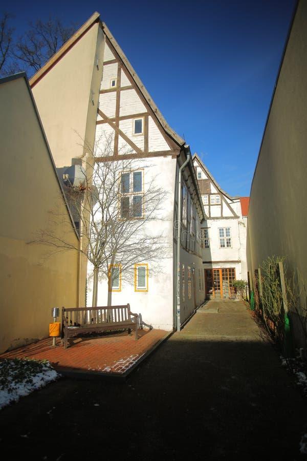 有半木料半灰泥的房子的狭窄的街道列出了成纪念碑在格赖夫斯瓦尔德,德国 免版税库存图片
