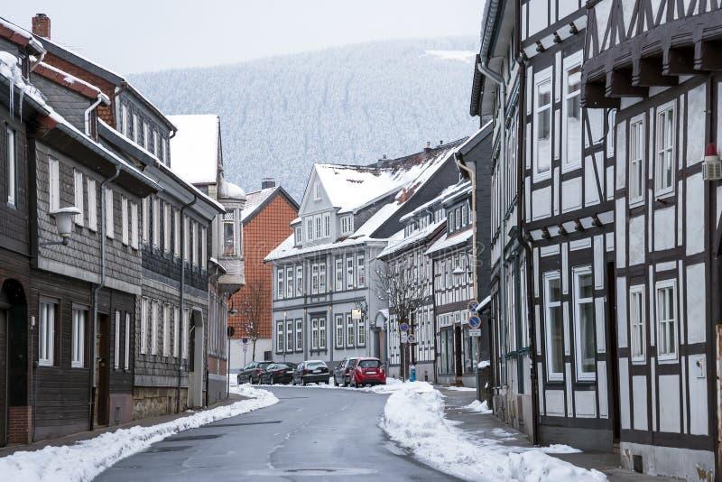 有半木料半灰泥的房子的街道有降雪的 免版税库存图片
