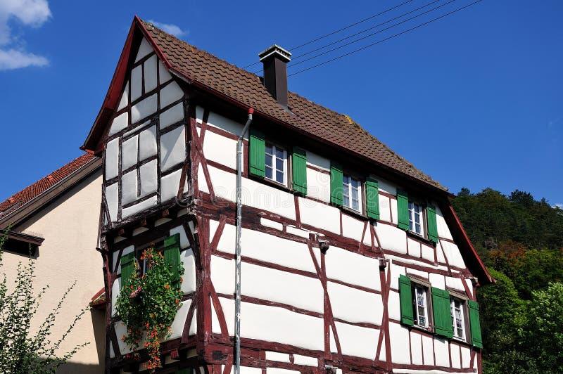 有半木料半灰泥的门面的狭窄的中世纪房子 图库摄影