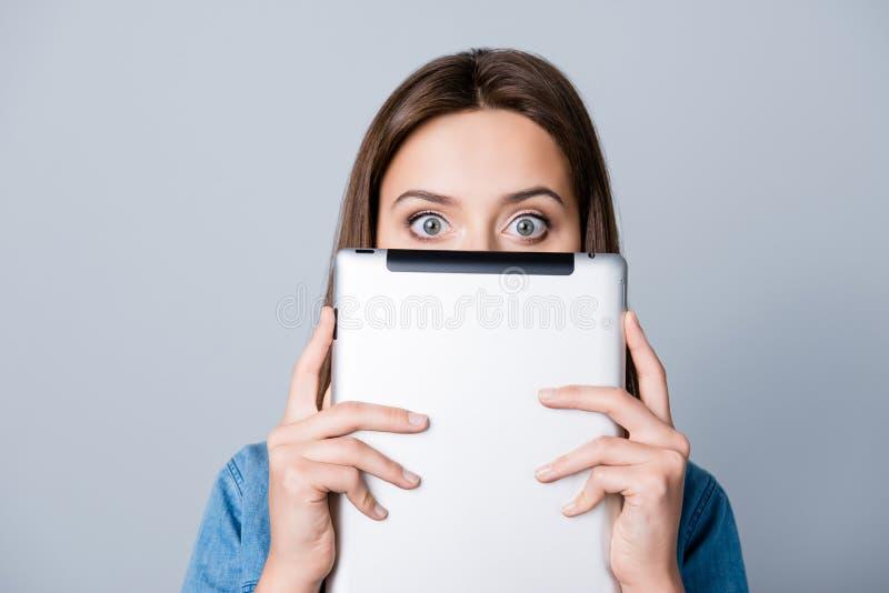 有半面孔的年轻,震惊女孩和宽被打开的眼睛凝视 免版税库存图片