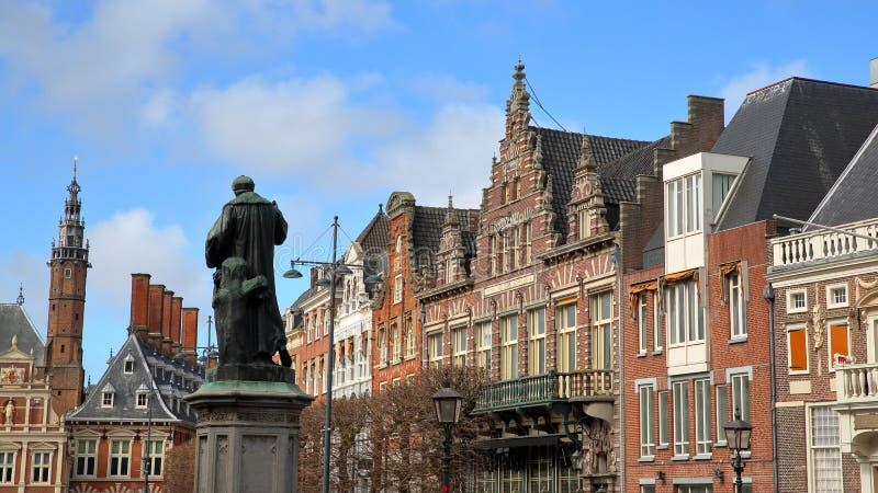 有华丽和五颜六色的传统建筑的鲁汶大广场广场与劳伦斯Janszoon高斯特雕象在1722年架设了 库存照片