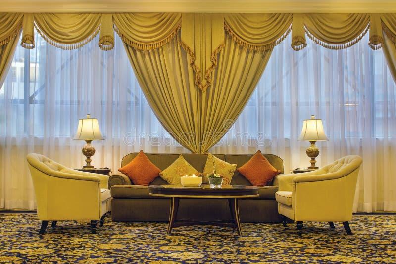 有华丽帷幕和家具的客厅 库存图片