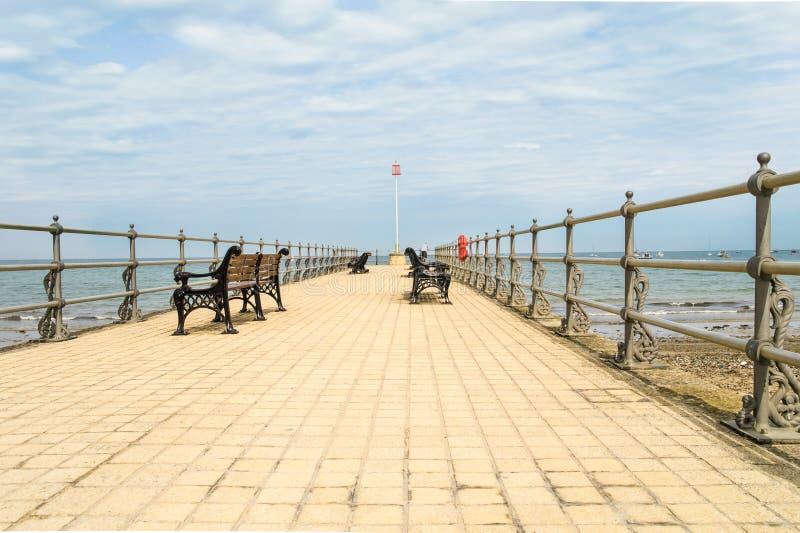 有华丽长凳的小码头在Swanage在多西特 免版税图库摄影