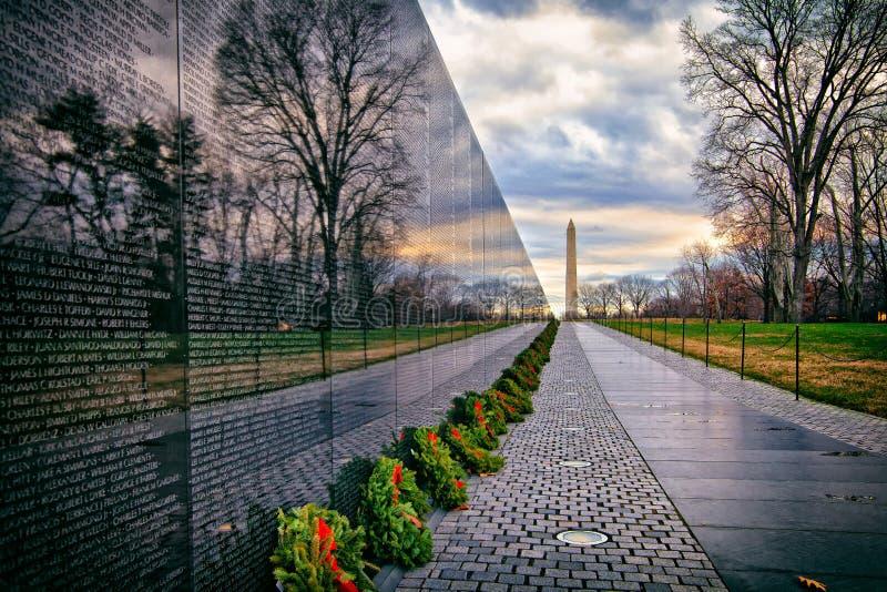 有华盛顿纪念碑的越战纪念品在日出,华盛顿特区,美国 图库摄影
