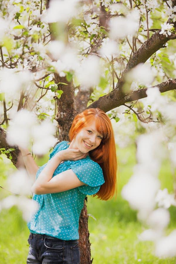 有华美的红色头发的愉快的妇女 库存图片