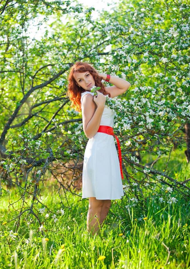 有华美红色头发享用的自由的愉快的妇女 免版税库存图片