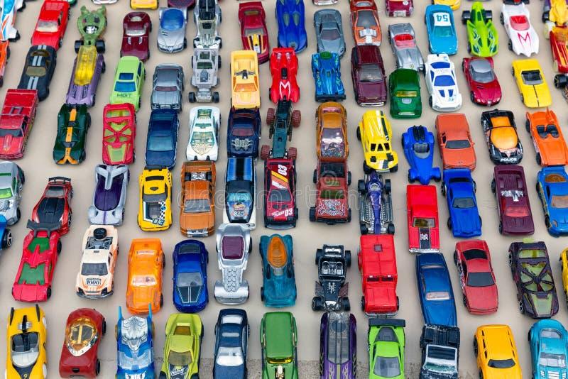有卖中间人玩具汽车的立场的旧货市场 免版税库存照片