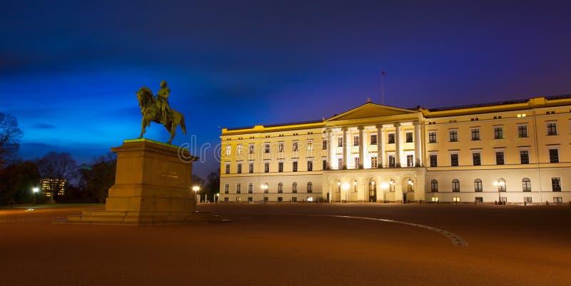 有卡尔约翰国王雕象的王宫在奥斯陆,挪威 免版税库存照片