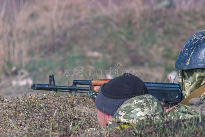 有卡拉什尼科夫炮火的军事战士 免版税库存照片