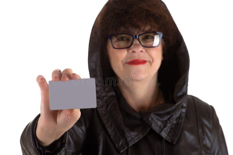 有卡片的成熟妇女在手中 库存照片
