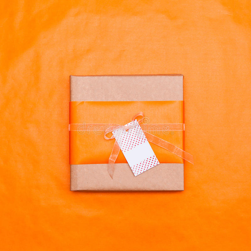 有卡片的橙色礼物盒 库存图片