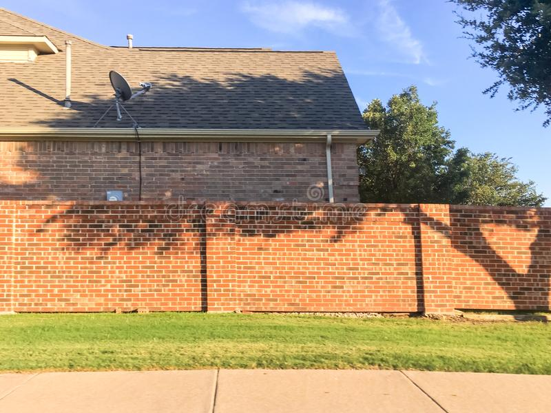 有卫星电视的砖合理的墙壁住宅房子在达拉斯 图库摄影