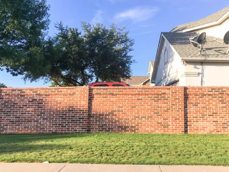 有卫星电视的砖合理的墙壁住宅房子在达拉斯 免版税库存图片