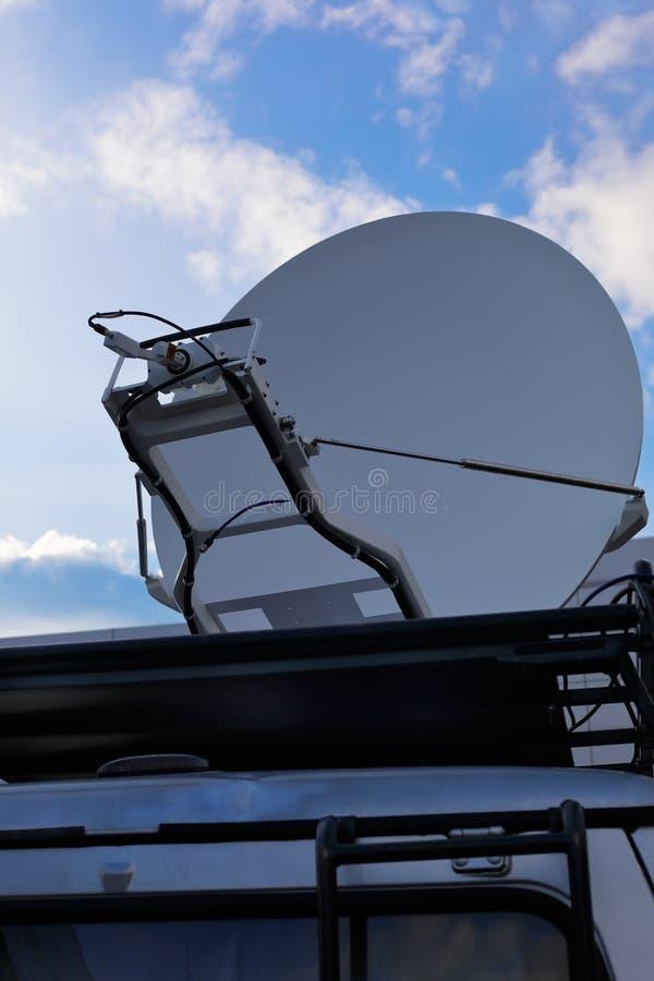 有卫星盘的电视新闻搬运车 免版税库存照片
