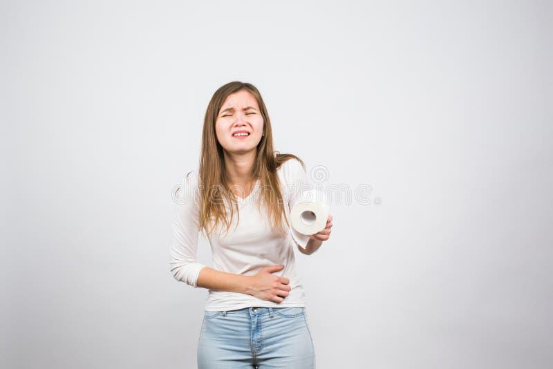 有卫生纸的她的消化系统的妇女和问题 免版税图库摄影