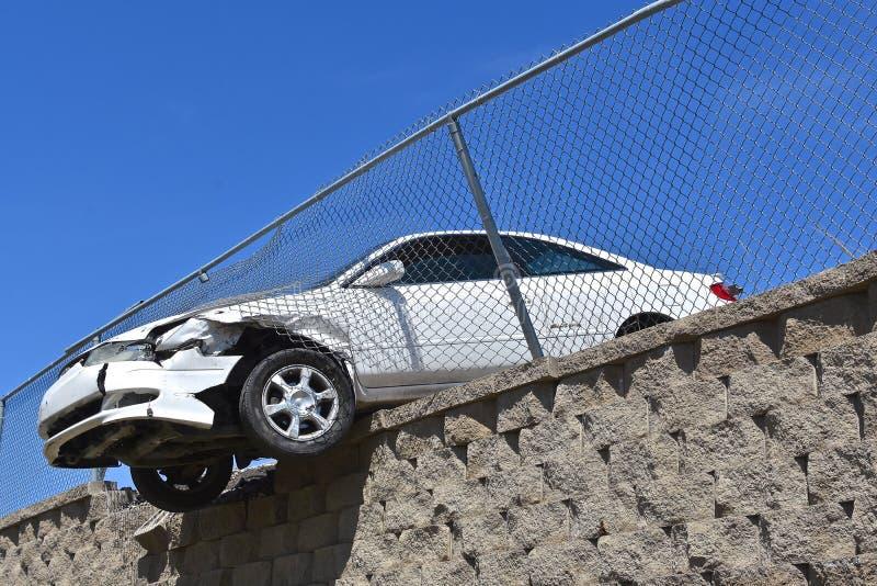 有印出一面护墙的危险汽车 库存照片