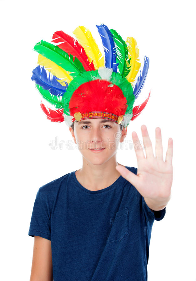 有印地安人的少年男孩用羽毛装饰与许多颜色 库存图片