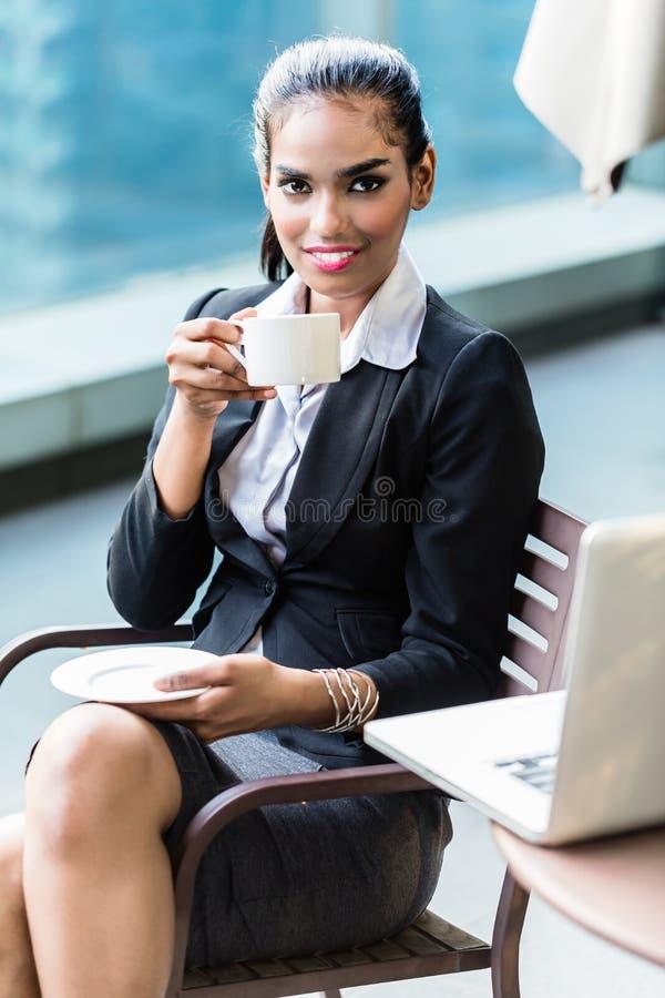 有印地安女商人饮用的咖啡断裂 免版税库存照片