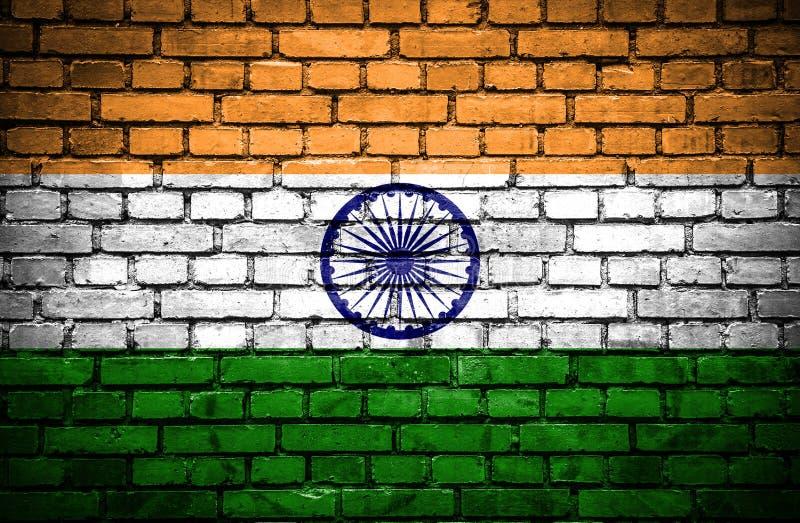 有印度的被绘的旗子的砖墙 库存例证