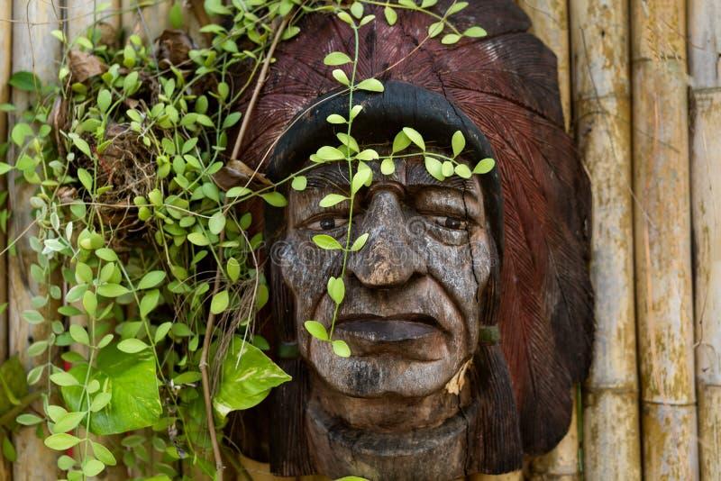 有印度面具的竹墙壁 图库摄影
