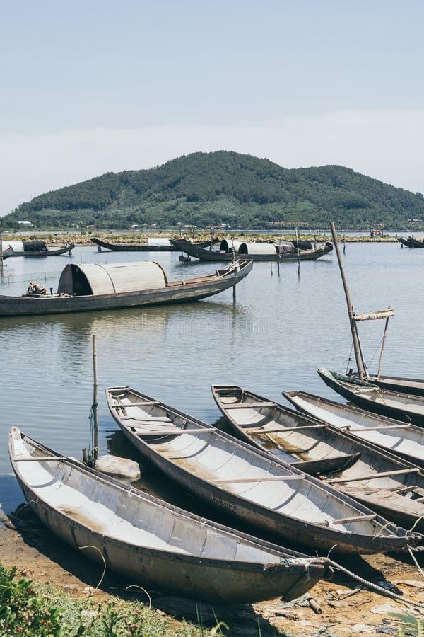 有卵形屋顶的,越南传统越南渔船 库存照片
