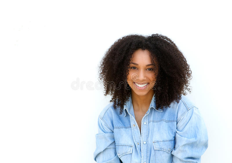 有卷发微笑的可爱的年轻黑人妇女 免版税图库摄影