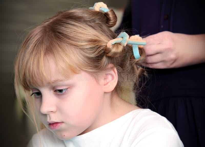 有卷发的人的小白肤金发的俄国女孩 库存照片