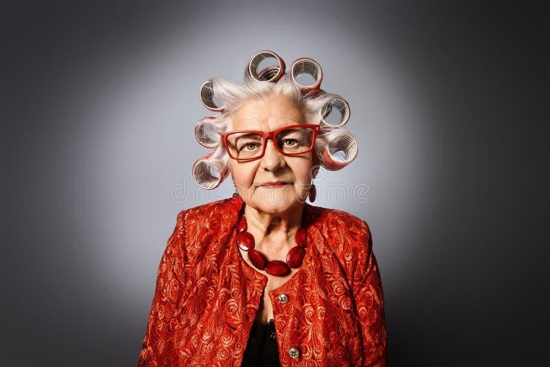 有卷发的人的祖母 免版税库存图片
