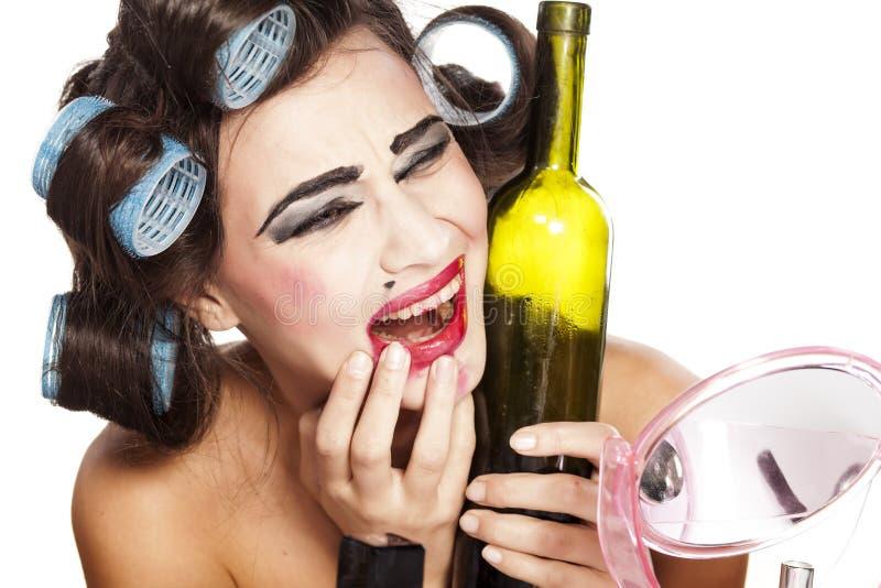 有卷发的人的醉酒的妇女 免版税库存照片