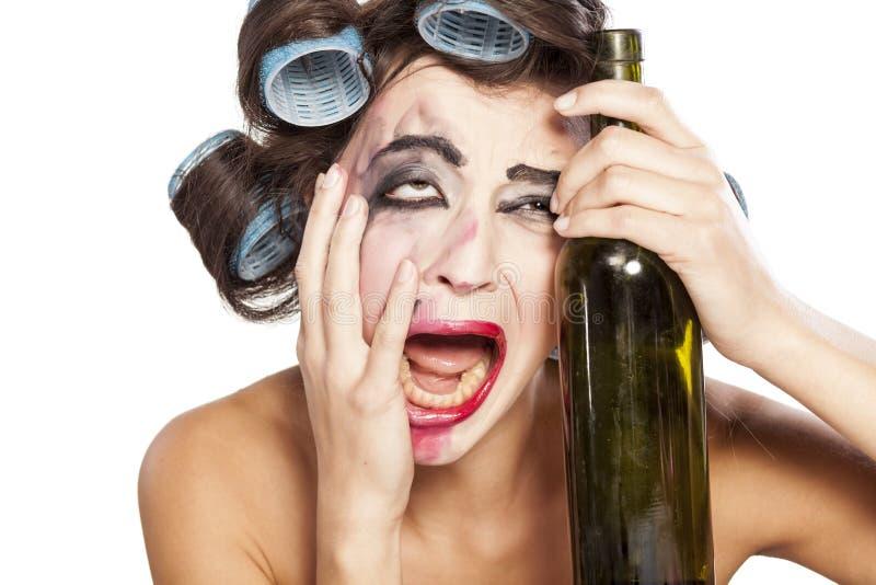 有卷发的人的醉酒的妇女 免版税库存图片