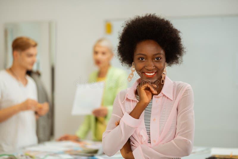有卷发的俏丽的年轻非裔美国人的女孩 免版税库存图片