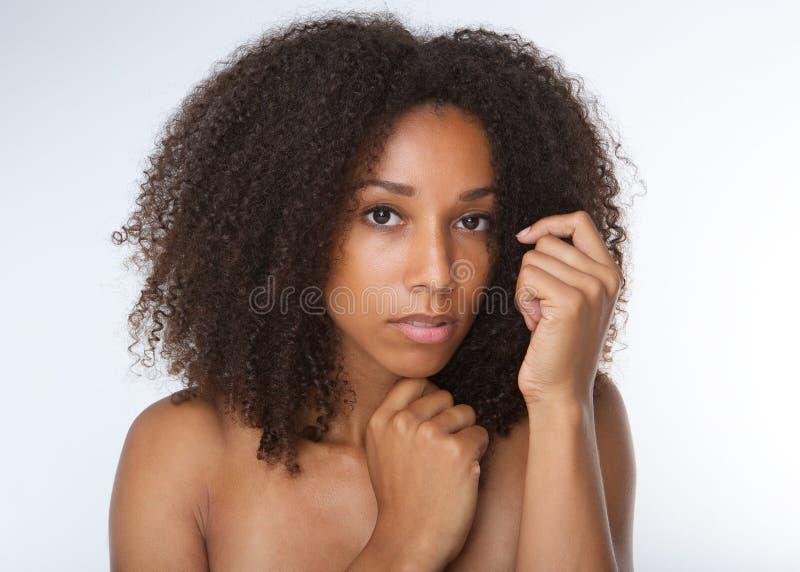 有卷发的可爱的非裔美国人的少妇 免版税库存图片