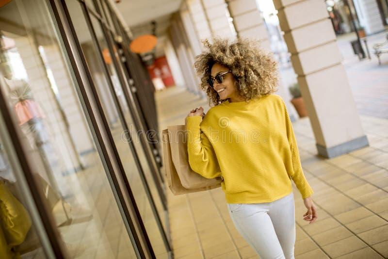 有卷发的年轻黑人妇女在购物 免版税库存图片