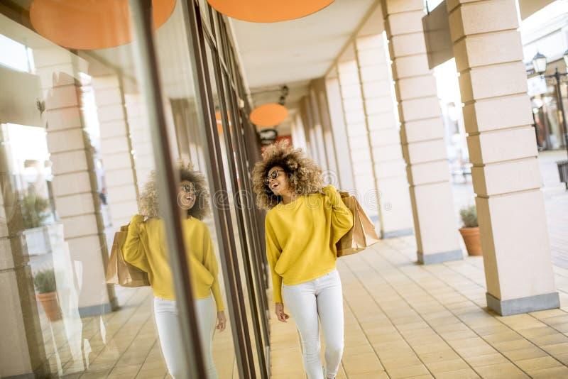 有卷发的年轻黑人妇女在购物 免版税图库摄影
