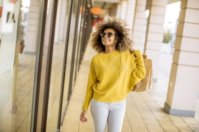 有卷发的年轻黑人妇女在购物 库存图片