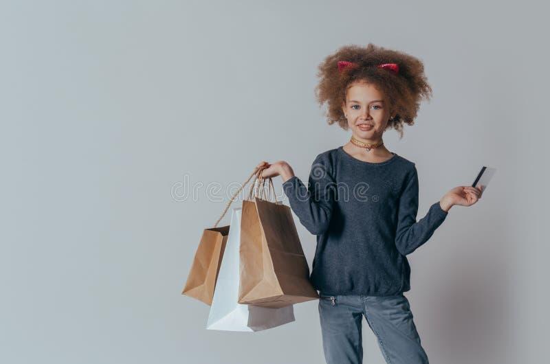 有卷发的微笑特写画象甜的女孩看照相机 E 免版税库存照片
