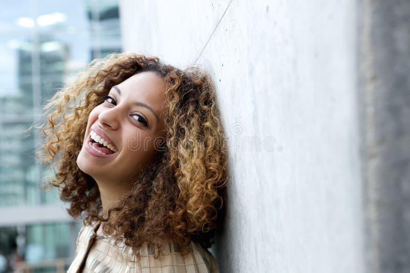 有卷发的微笑的少妇 免版税图库摄影