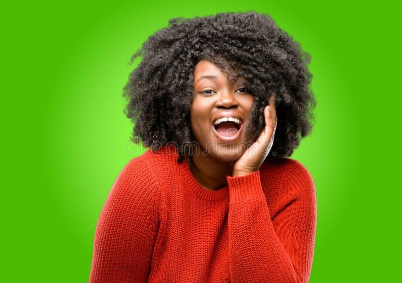 有卷发的美丽的非洲妇女被隔绝在绿色背景 库存图片
