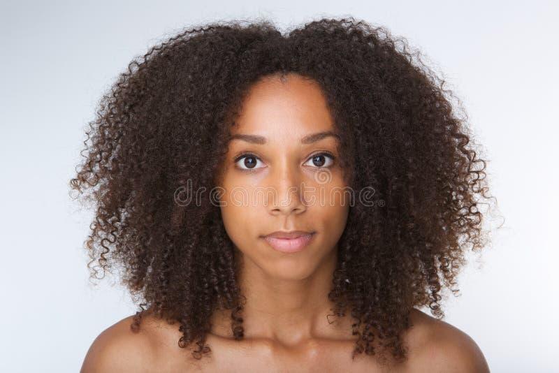 有卷发的美丽的非裔美国人的少妇 库存照片