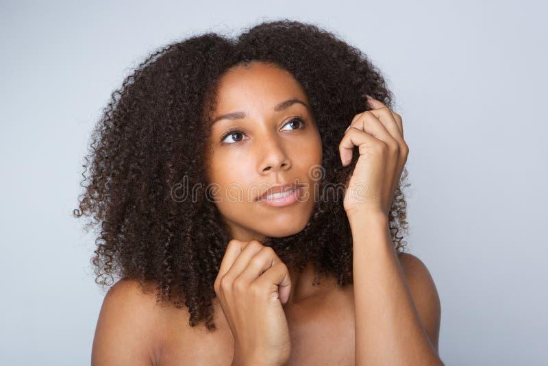 有卷曲非洲的头发的年轻非裔美国人的妇女 免版税库存图片