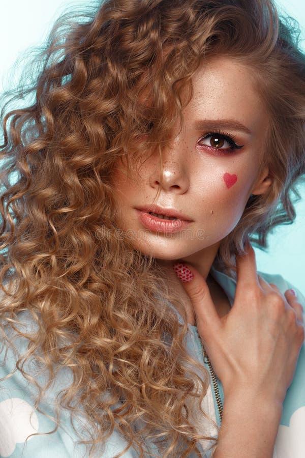 有卷毛发型的,经典构成,雀斑,裸体嘴唇秀丽面孔俏丽的女孩 免版税库存图片